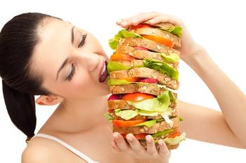 食べ過ぎておう吐・下痢を引き起こす女性.jpg